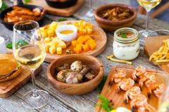 Πίνακας τροφίμων και ποτών, που απολαμβάνει Dinning που τρώει την έννοια Στοκ φωτογραφίες με δικαίωμα ελεύθερης χρήσης