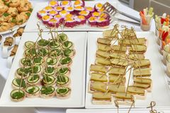 Πίνακας τροφίμων τομέα εστιάσεως των ορεκτικών, των πρόχειρων φαγητών και των καναπεδάκια Στοκ εικόνες με δικαίωμα ελεύθερης χρήσης