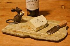 Πίνακας τυριών βράχου με το ποντίκι, το λιμένα και το τυρί μετάλλων Στοκ εικόνες με δικαίωμα ελεύθερης χρήσης