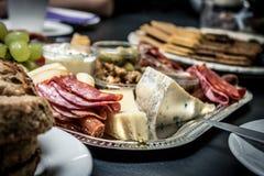 Πίνακας τυριών με το ψωμί και την πράσινη μακροεντολή σταφυλιών Στοκ Εικόνες