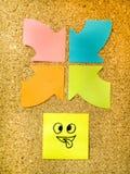 Πίνακας φελλού με τη ζωηρόχρωμη θέση τα αντιπροσωπεύοντας διάφορα emoticons του με τη διάφορη έννοια επικοινωνίας συγκινήσεων Στοκ φωτογραφία με δικαίωμα ελεύθερης χρήσης