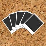 Πίνακας φελλού με τις διεσπαρμένες κάρτες φωτογραφιών Στοκ Φωτογραφίες