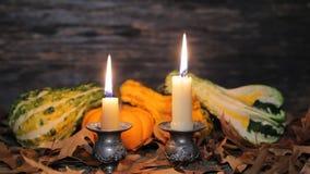 Πίνακας φθινοπώρου που θέτει με τις κολοκύθες και τα κεριά, διακόσμηση πτώσης κατ' οίκον για εορταστικό απόθεμα βίντεο