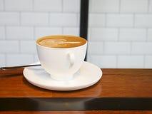 πίνακας φλυτζανιών καφέ ξύλ& στοκ εικόνες