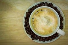 πίνακας φλυτζανιών καφέ ξύλ& κορυφαία όψη Στοκ Εικόνες