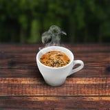 πίνακας φλυτζανιών καφέ ξύλ& Στοκ φωτογραφία με δικαίωμα ελεύθερης χρήσης
