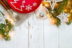 Πίνακας Χριστουγέννων που θέτει με τις διακοσμήσεις Χριστουγέννων στο άσπρο υπόβαθρο Στοκ Φωτογραφίες