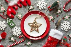 Πίνακας Χριστουγέννων που θέτει με τις διακοσμήσεις Χριστουγέννων Στοκ Φωτογραφία