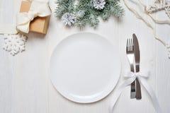 Πίνακας Χριστουγέννων που θέτει στον άσπρο ξύλινο πίνακα Πρότυπο καρτών Χριστουγέννων με το διάστημα για το κείμενό σας, τοπ άποψ Στοκ φωτογραφία με δικαίωμα ελεύθερης χρήσης