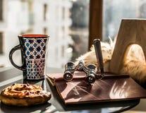 Πίνακας Coffe με την κούπα, το βιβλίο και το lorgnette στοκ φωτογραφίες