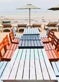 Πίνακες, έδρες, ζωηρόχρωμη παραλία Στοκ εικόνες με δικαίωμα ελεύθερης χρήσης