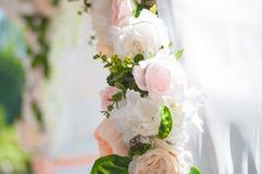 Πίνακες γαμήλιου συμποσίου που προετοιμάζονται για έναν γάμο έξω μια θερινή ημέρα Στοκ Εικόνα