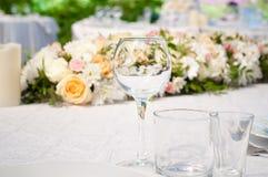 Πίνακες γαμήλιου συμποσίου που προετοιμάζονται για έναν γάμο έξω μια θερινή ημέρα Στοκ εικόνα με δικαίωμα ελεύθερης χρήσης