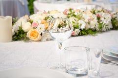 Πίνακες γαμήλιου συμποσίου που προετοιμάζονται για έναν γάμο έξω μια θερινή ημέρα Στοκ φωτογραφίες με δικαίωμα ελεύθερης χρήσης