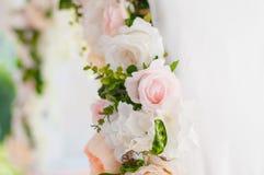 Πίνακες γαμήλιου συμποσίου που προετοιμάζονται για έναν γάμο έξω μια θερινή ημέρα Στοκ εικόνες με δικαίωμα ελεύθερης χρήσης