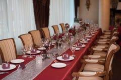 Πίνακες εστιατορίων με το κόκκινο τραπεζομάντιλο Στοκ Εικόνες