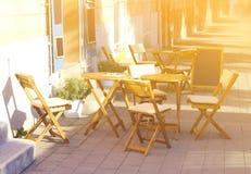 Πίνακες και έδρα στον κενό καφέ Στοκ Εικόνες