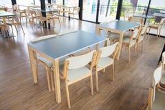 Πίνακες και έδρα στον κενό καφέ Στοκ φωτογραφία με δικαίωμα ελεύθερης χρήσης