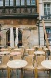Πίνακες και καθίσματα μπροστά από το εστιατόριο Στοκ φωτογραφίες με δικαίωμα ελεύθερης χρήσης