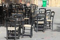 Πίνακες και καρέκλες καφέδων στην οδό στοκ φωτογραφίες