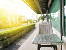 Πίνακες και καρέκλες σε ένα εξωτερικό υπόβαθρο θαμπάδων εστιατορίων Στοκ Φωτογραφία