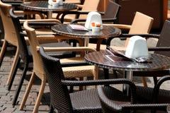 Πίνακες και καρέκλες για έναν υπαίθριο καφέ σε μια ευρωπαϊκή μητρόπολη στοκ φωτογραφία