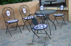 Πίνακες και καρέκλες καθορισμένοι Στοκ Εικόνες