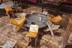 Πίνακες και καρέκλες στην παραδοσιακή όαση ερήμων Στοκ εικόνα με δικαίωμα ελεύθερης χρήσης