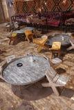 Πίνακες και καρέκλες στην παραδοσιακή όαση ερήμων Στοκ φωτογραφίες με δικαίωμα ελεύθερης χρήσης