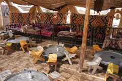 Πίνακες και καρέκλες στην παραδοσιακή όαση ερήμων Στοκ Εικόνα