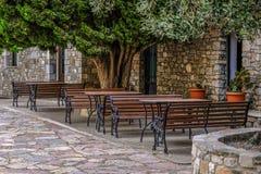 Πίνακες και πάγκοι κάτω από το ιστορικό δέντρο Καφές στοκ φωτογραφία με δικαίωμα ελεύθερης χρήσης