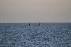 Πίνακες κουπιών στην ήρεμη θάλασσα την ηλιόλουστη χειμερινή ημέρα Στοκ Φωτογραφίες