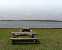 Πίνακες πικ-νίκ στην άκρη του ποταμού Στοκ εικόνες με δικαίωμα ελεύθερης χρήσης