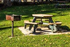Πίνακες πικ-νίκ & BBQ στάση στο πάρκο στοκ φωτογραφία