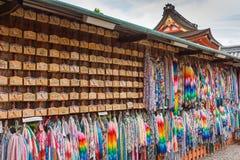 Πίνακες προσευχής και σειρές των γερανών origami Στοκ φωτογραφία με δικαίωμα ελεύθερης χρήσης
