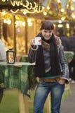 πίνει glogg τις νεολαίες γυναικών Στοκ εικόνα με δικαίωμα ελεύθερης χρήσης