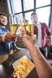 πίνοντας άτομα μπύρας Στοκ Φωτογραφία