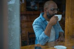 πίνοντας άτομο καφέ Στοκ εικόνα με δικαίωμα ελεύθερης χρήσης
