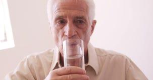 πίνοντας ανώτερο ύδωρ ατόμω& απόθεμα βίντεο