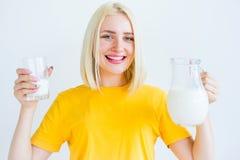 πίνοντας γάλα κοριτσιών Στοκ εικόνα με δικαίωμα ελεύθερης χρήσης