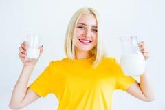 πίνοντας γάλα κοριτσιών Στοκ Φωτογραφίες
