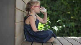 πίνοντας γάλα κοριτσιών απόθεμα βίντεο