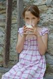 πίνοντας γάλα κοριτσιών Στοκ φωτογραφία με δικαίωμα ελεύθερης χρήσης