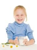 πίνοντας γάλα κοριτσιών Στοκ Φωτογραφία