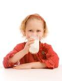 πίνοντας γάλα κοριτσιών Στοκ εικόνες με δικαίωμα ελεύθερης χρήσης
