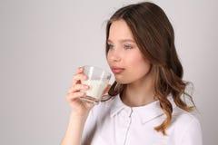 πίνοντας γάλα κοριτσιών κλείστε επάνω Άσπρη ανασκόπηση Στοκ Εικόνα
