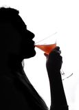 πίνοντας γυναίκα κοκτέιλ Στοκ φωτογραφία με δικαίωμα ελεύθερης χρήσης