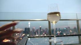 πίνοντας γυναίκα κρασιού φιλμ μικρού μήκους