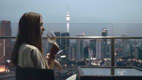 πίνοντας γυναίκα κρασιού απόθεμα βίντεο