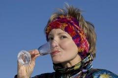 πίνοντας γυναίκα Στοκ εικόνα με δικαίωμα ελεύθερης χρήσης
